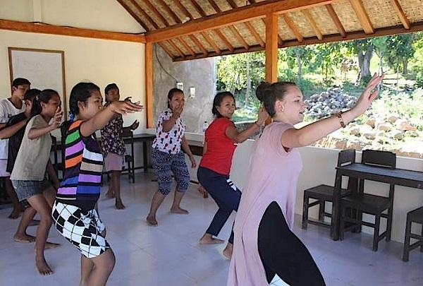 Volunteering in Bali dancing